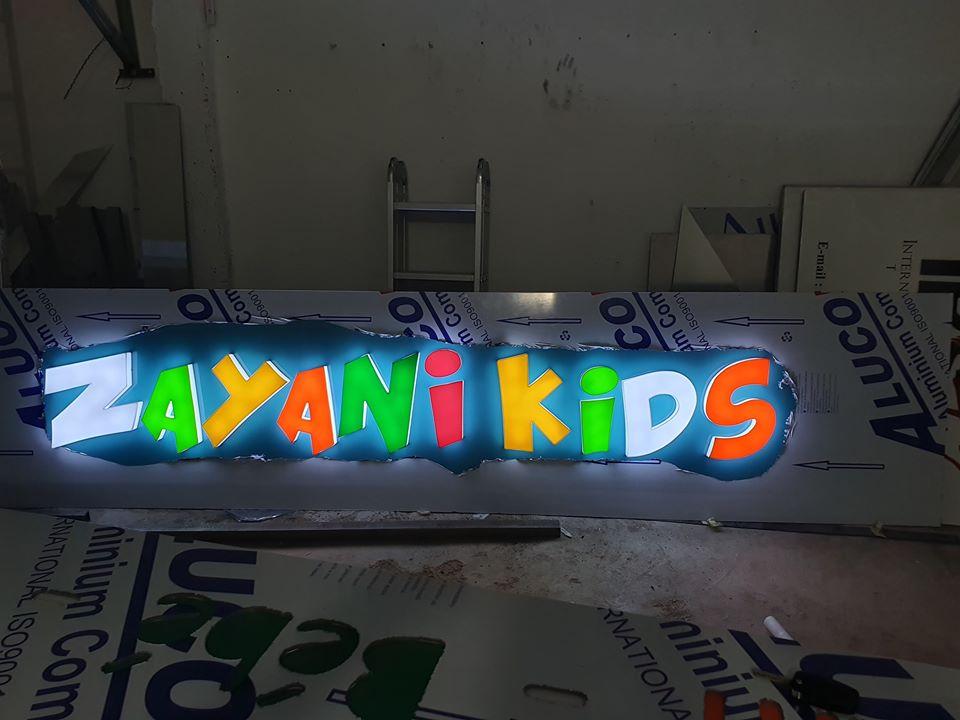 Habillage de façade en alucobond Enseigne lumineuse Gravure plexi lumineux Lettres emboîtées plexi coloré Éclairage led marrakech