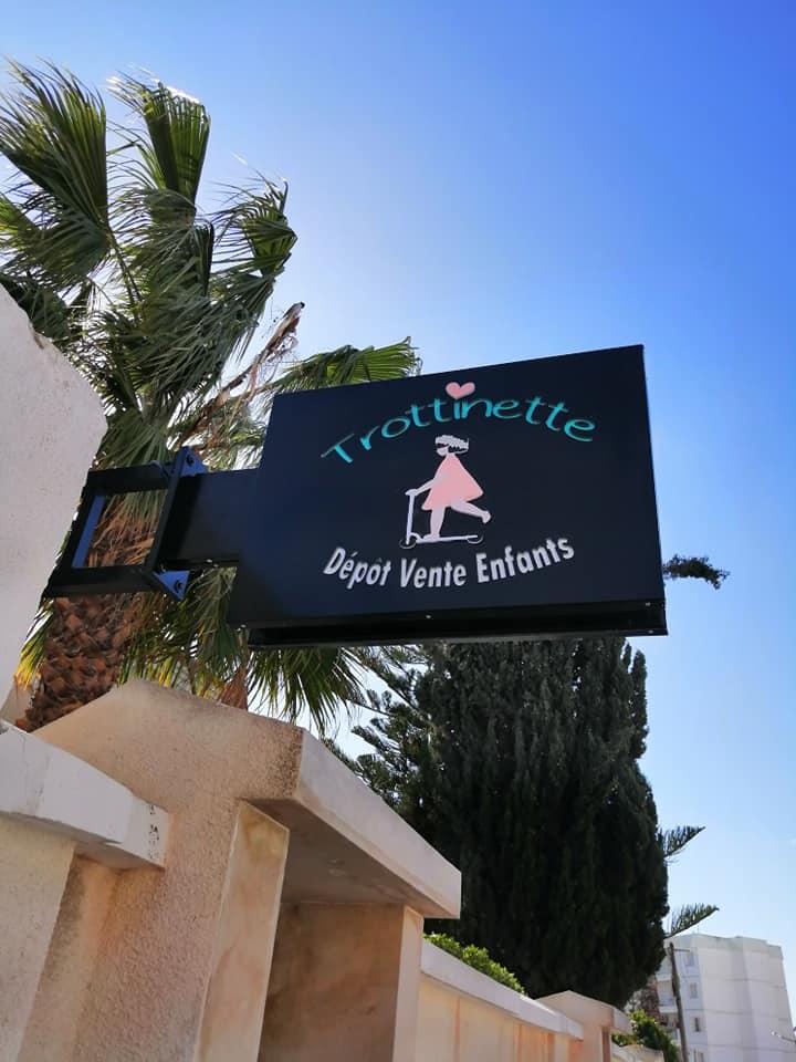 Façade et enseigne drapeau marrakech